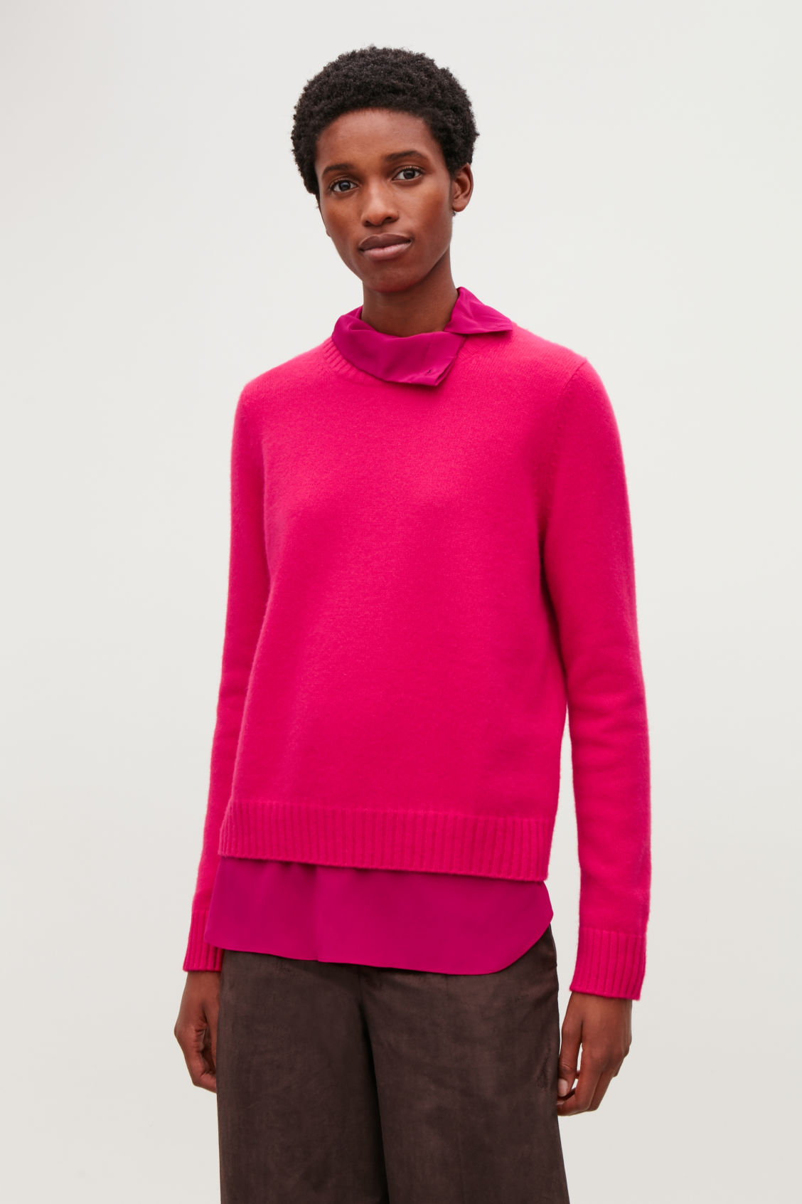 Model side image of Cos round-neck cashmere jumper  in pink