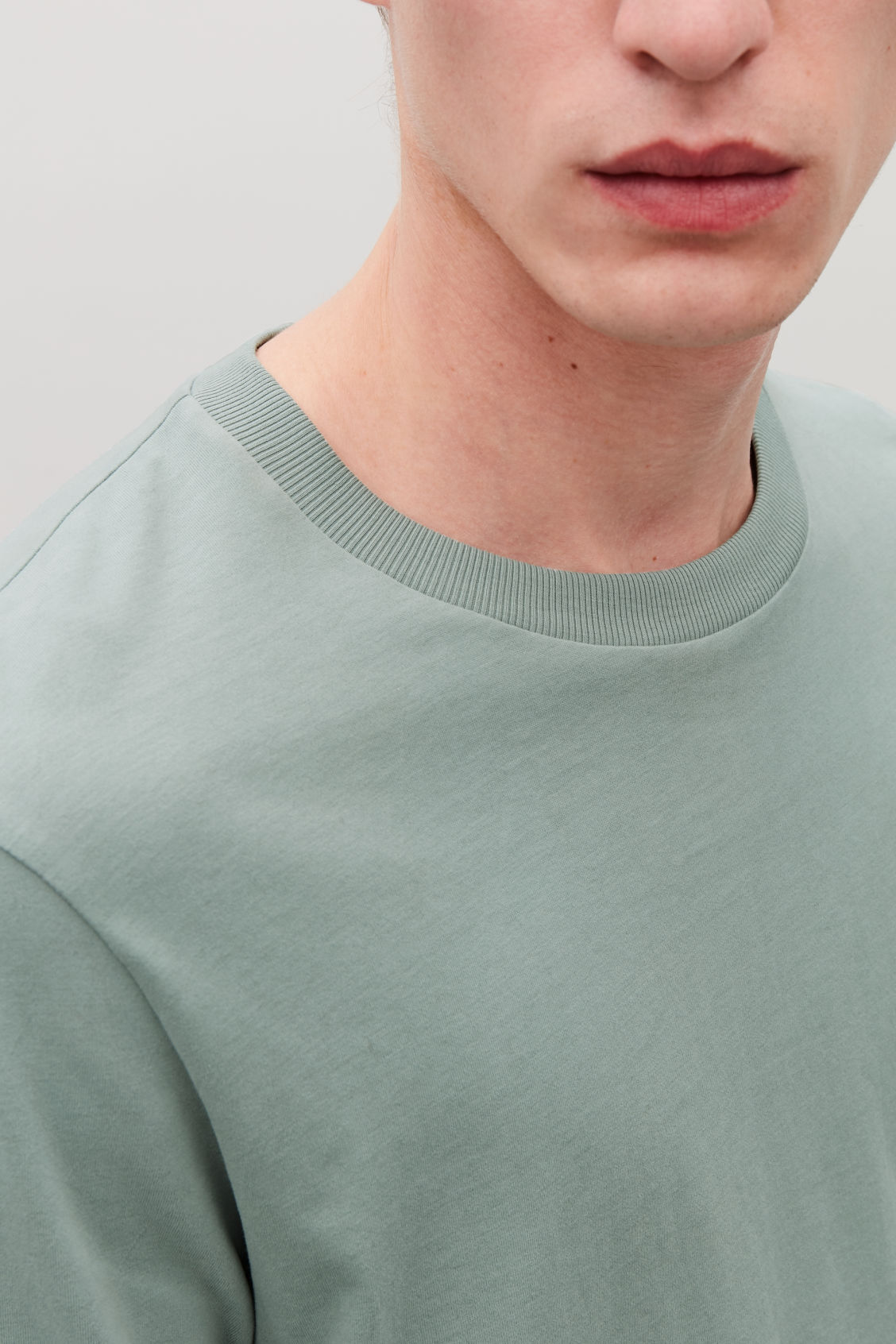 Model side image of Cos long-sleeved cotton t-shirt  in green