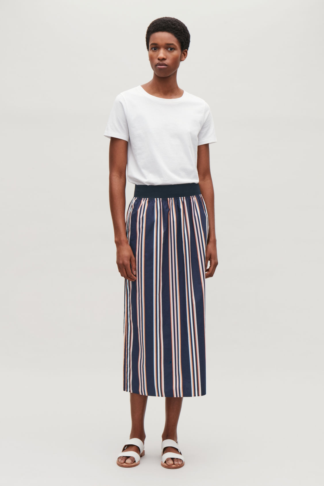 Model front image of Cos wide-elastic cotton skirt in blue