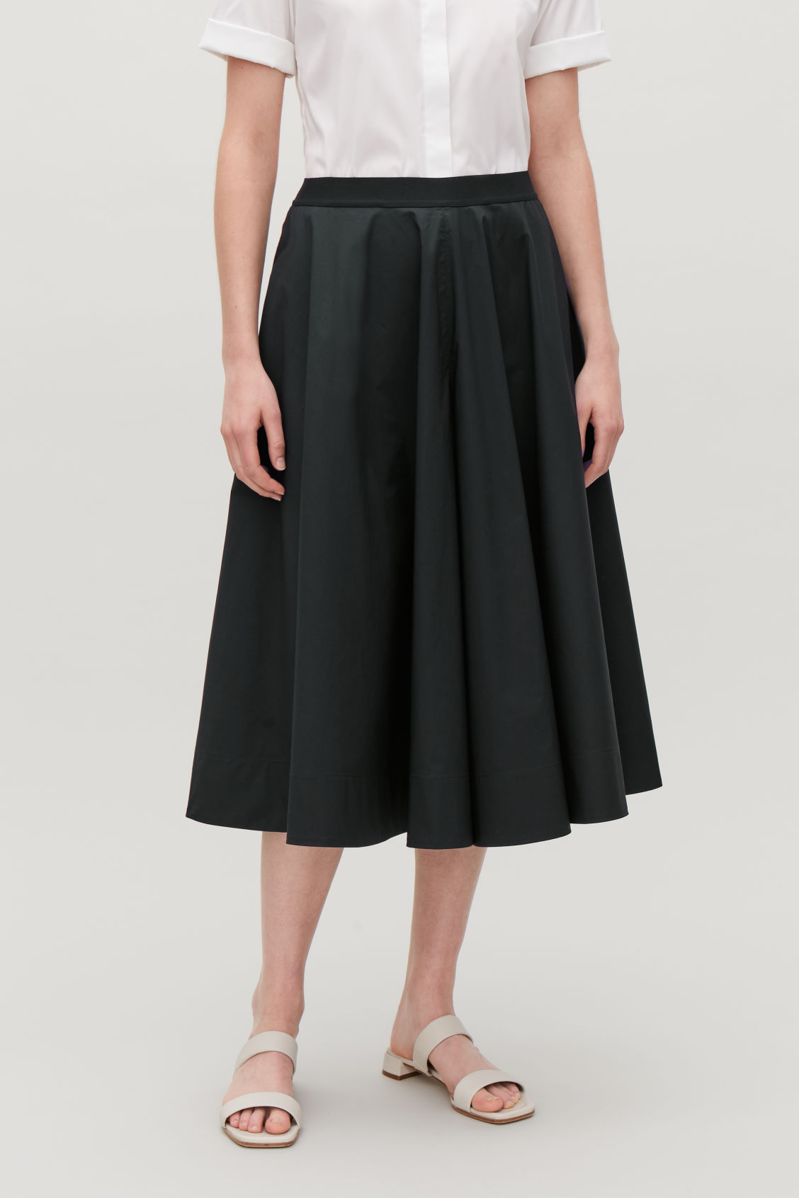9ce3810a9349 Model side image of Cos wide-leg culottes in blue