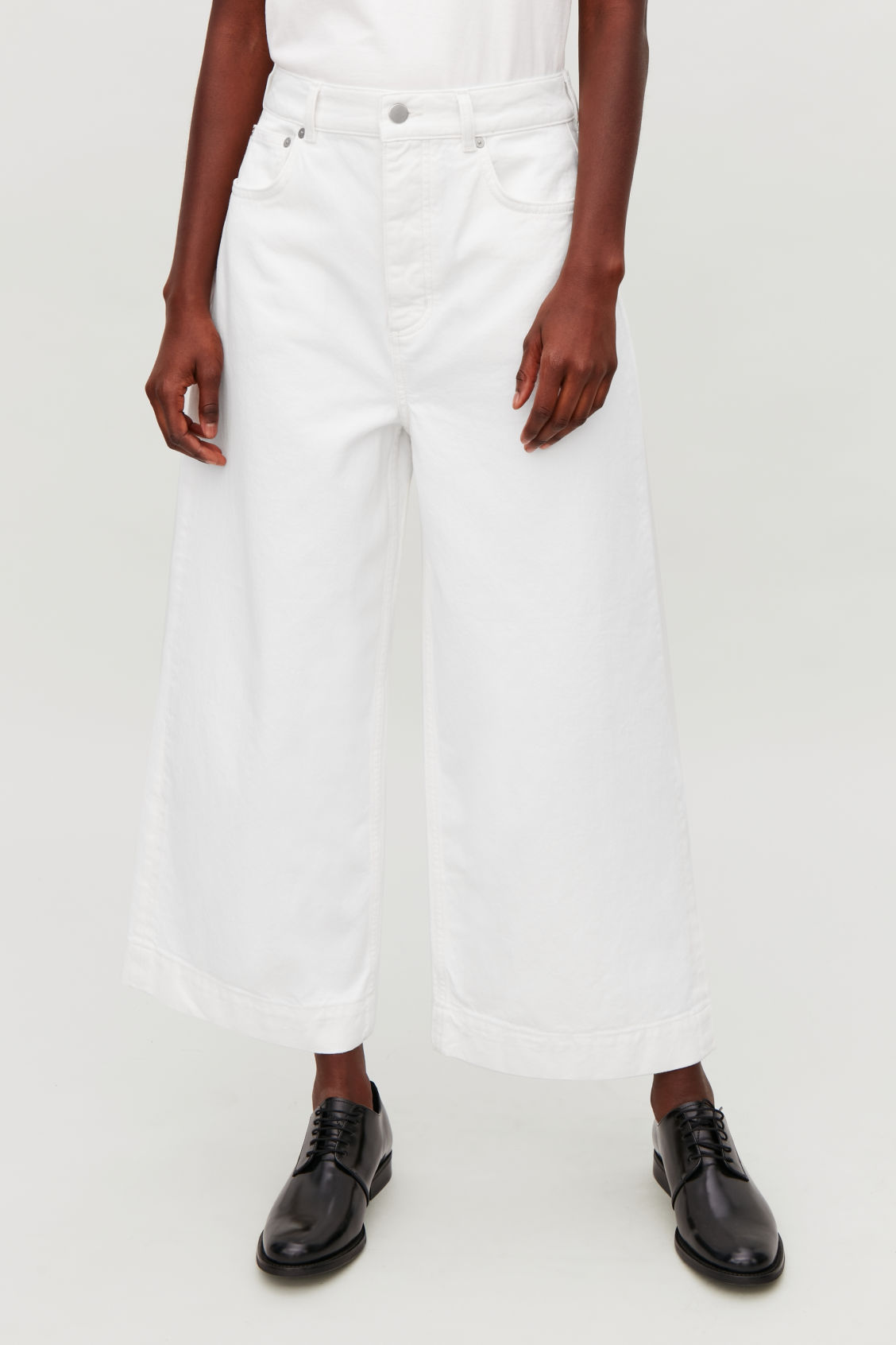 Model side image of Cos 5-pocket wide-leg jeans in white