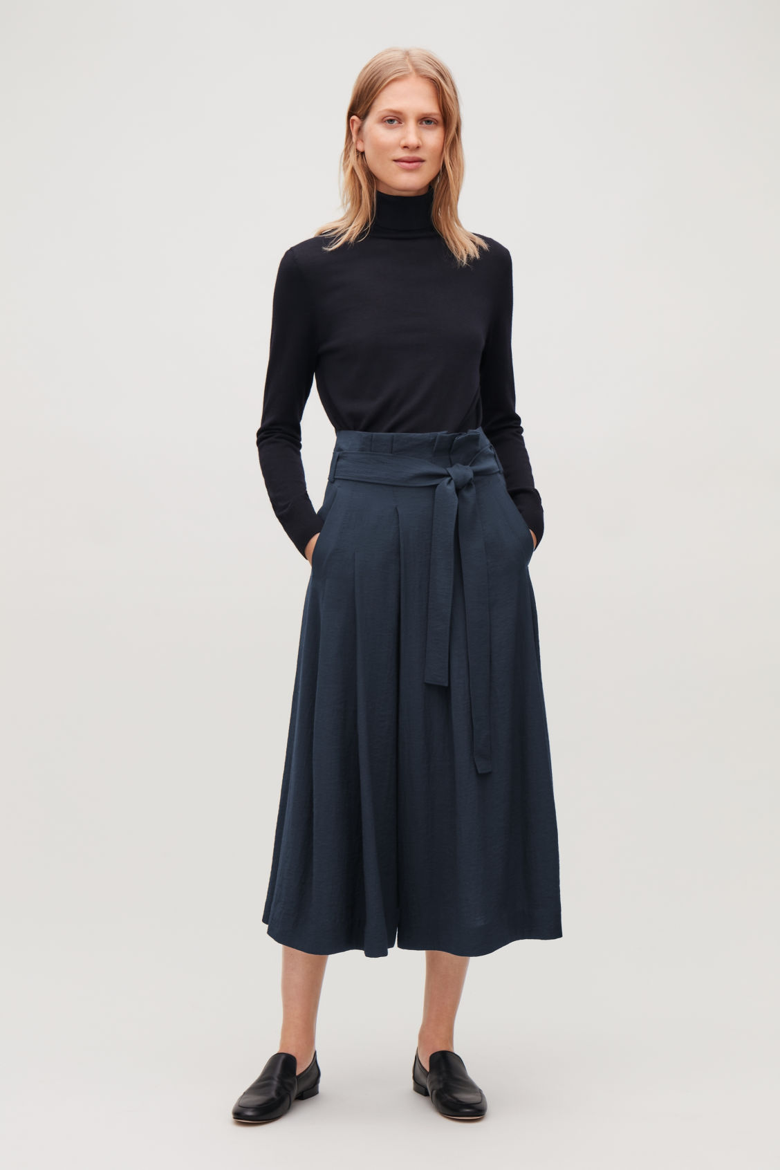 Model front image of Cos belted voluminus-leg trousers in blue
