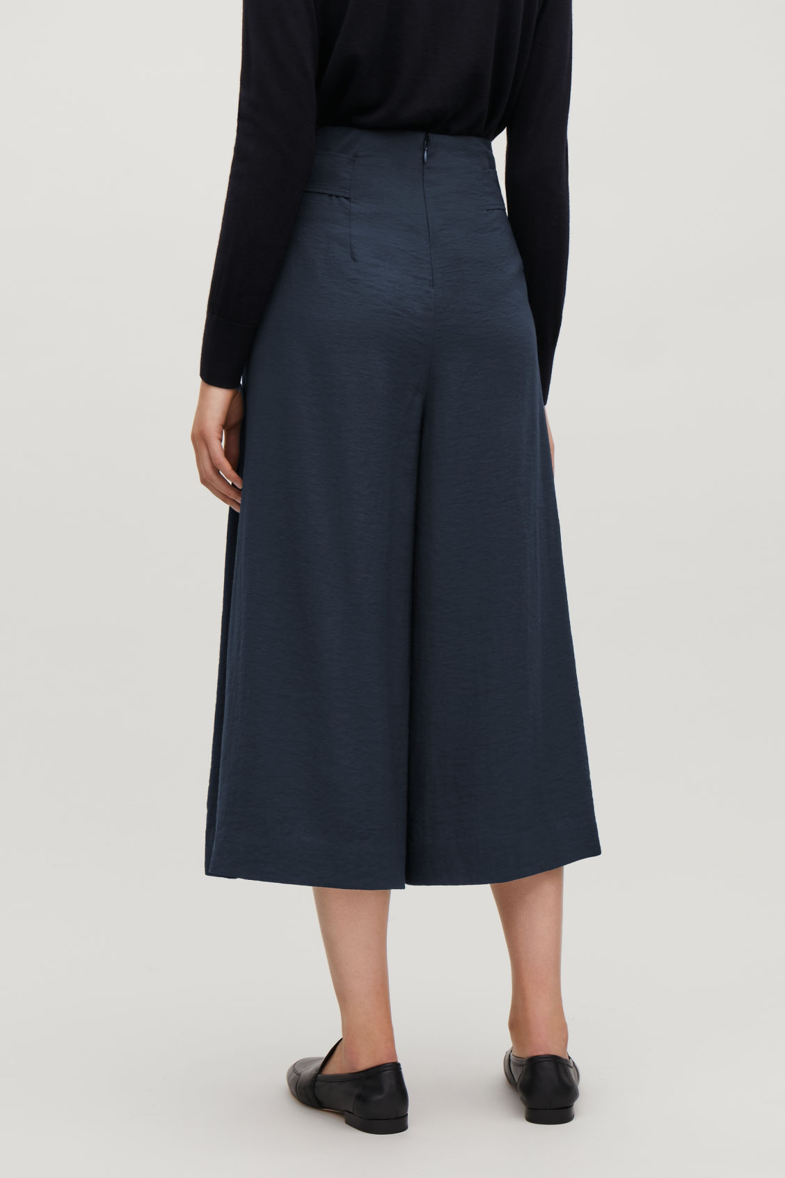 Model side image of Cos belted voluminus-leg trousers in blue