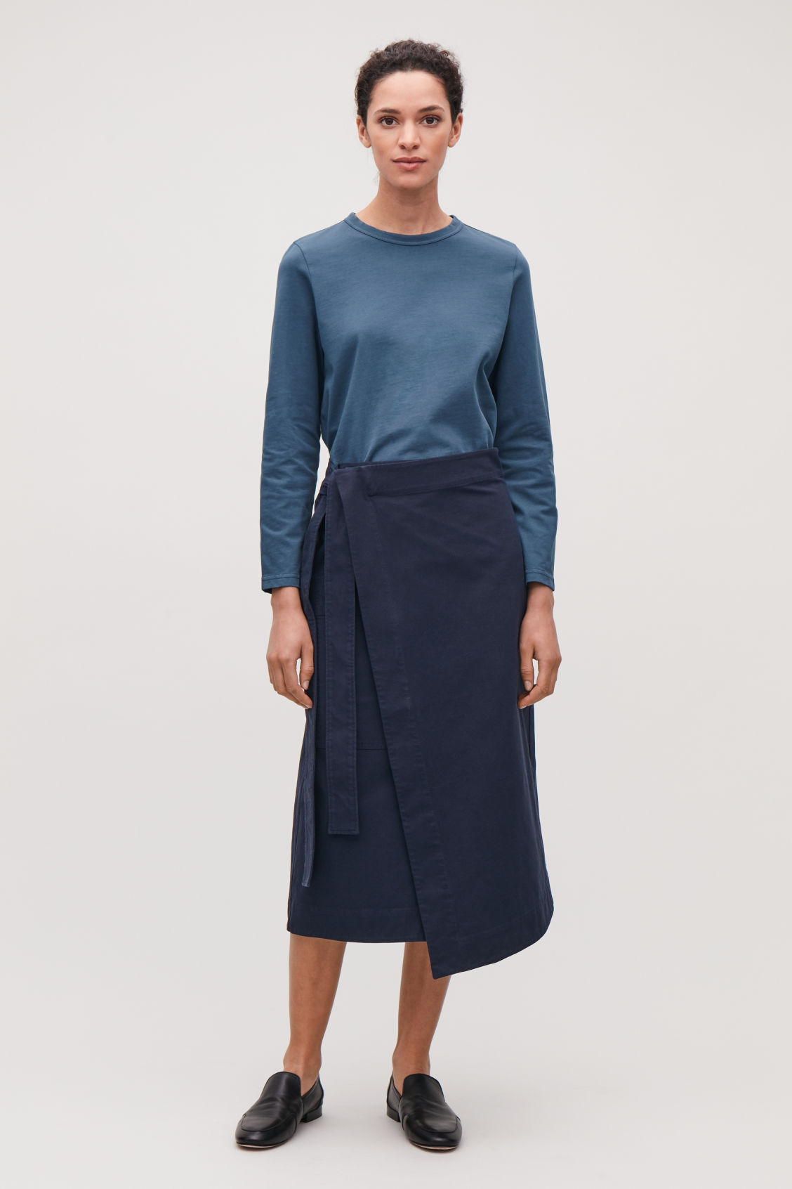 Model front image of Cos loose long-sleeved t-shirt in blue