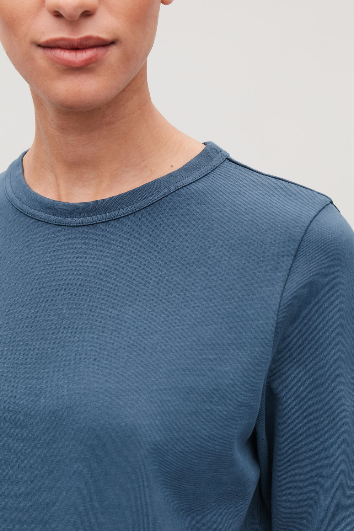 Model side image of Cos loose long-sleeved t-shirt in blue
