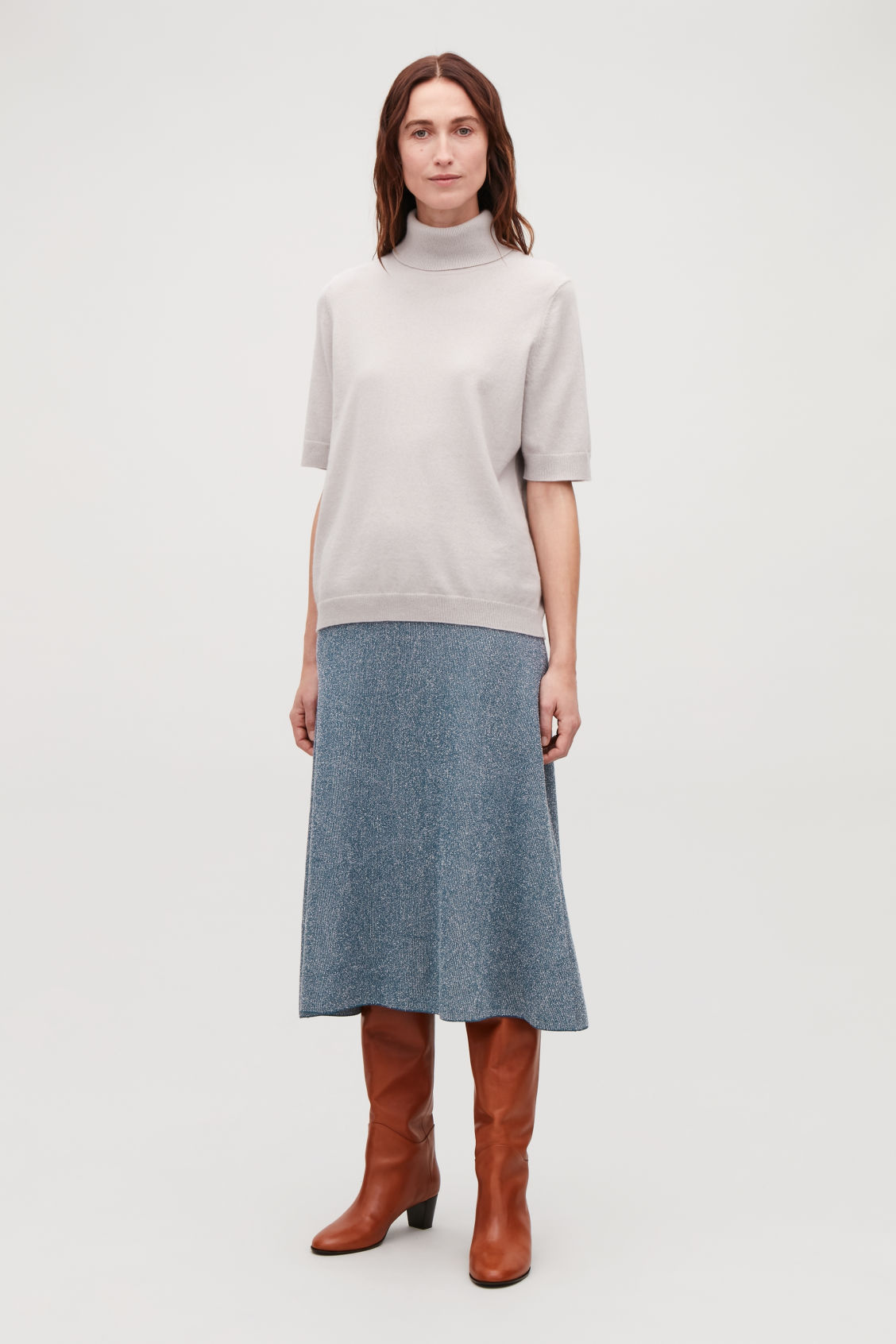 Model front image of Cos drop-needle stitch knit skirt  in blue
