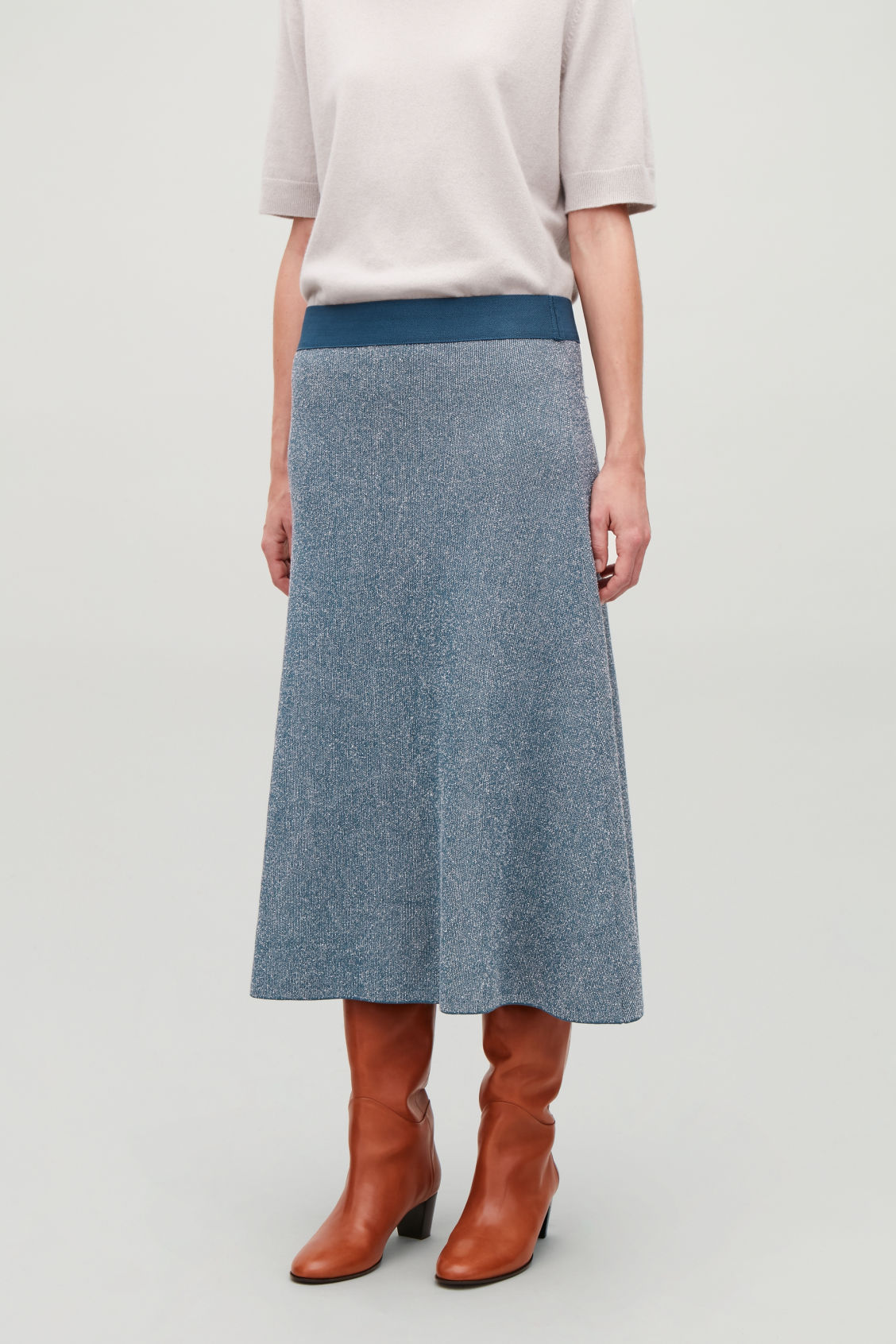 Model side image of Cos drop-needle stitch knit skirt  in blue