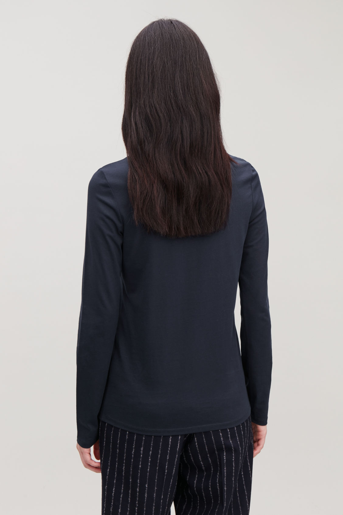 Model side image of Cos long-sleeved cotton top in blue