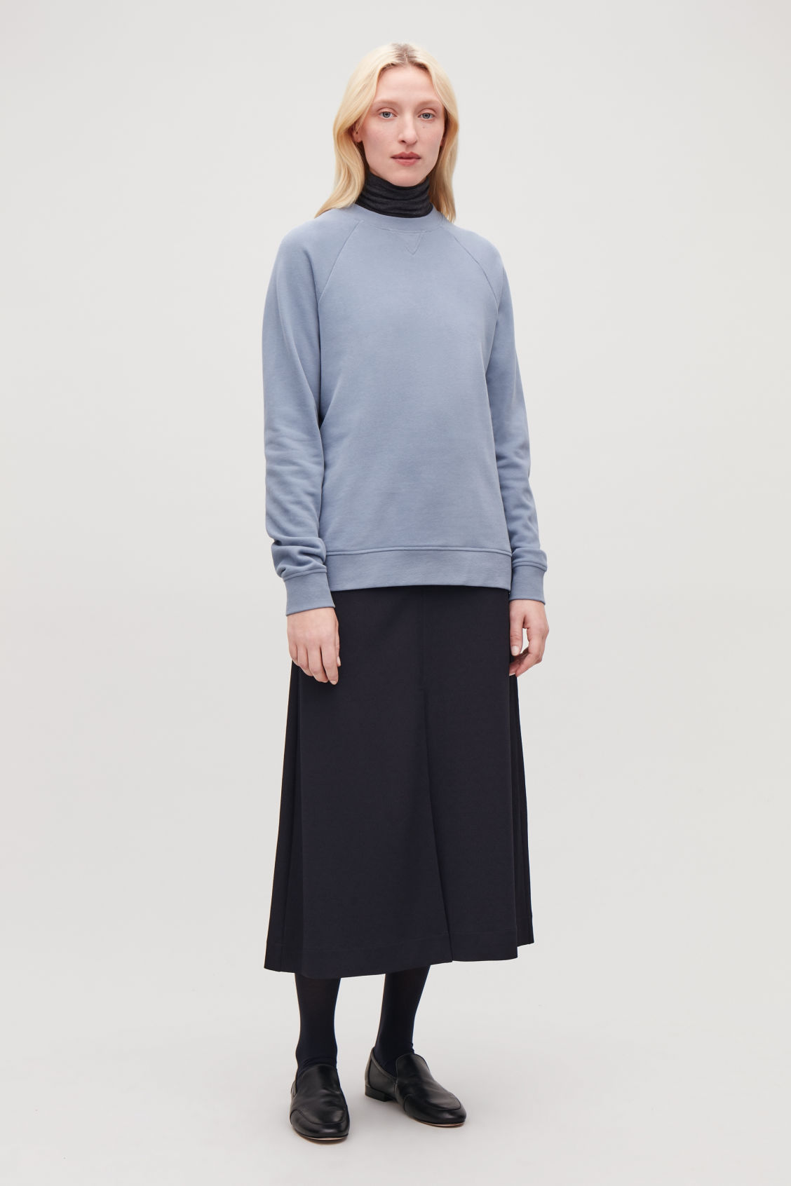 Model front image of Cos relaxed jersey sweatshirt in blue