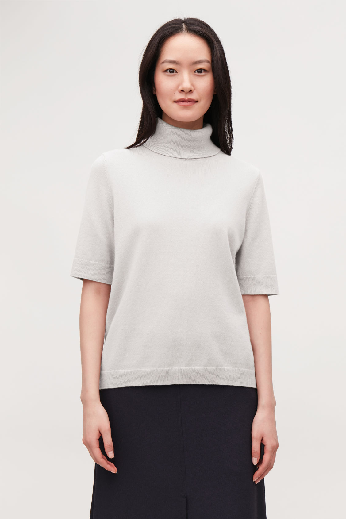 Model side image of Cos short-sleeved cashmere jumper in brown