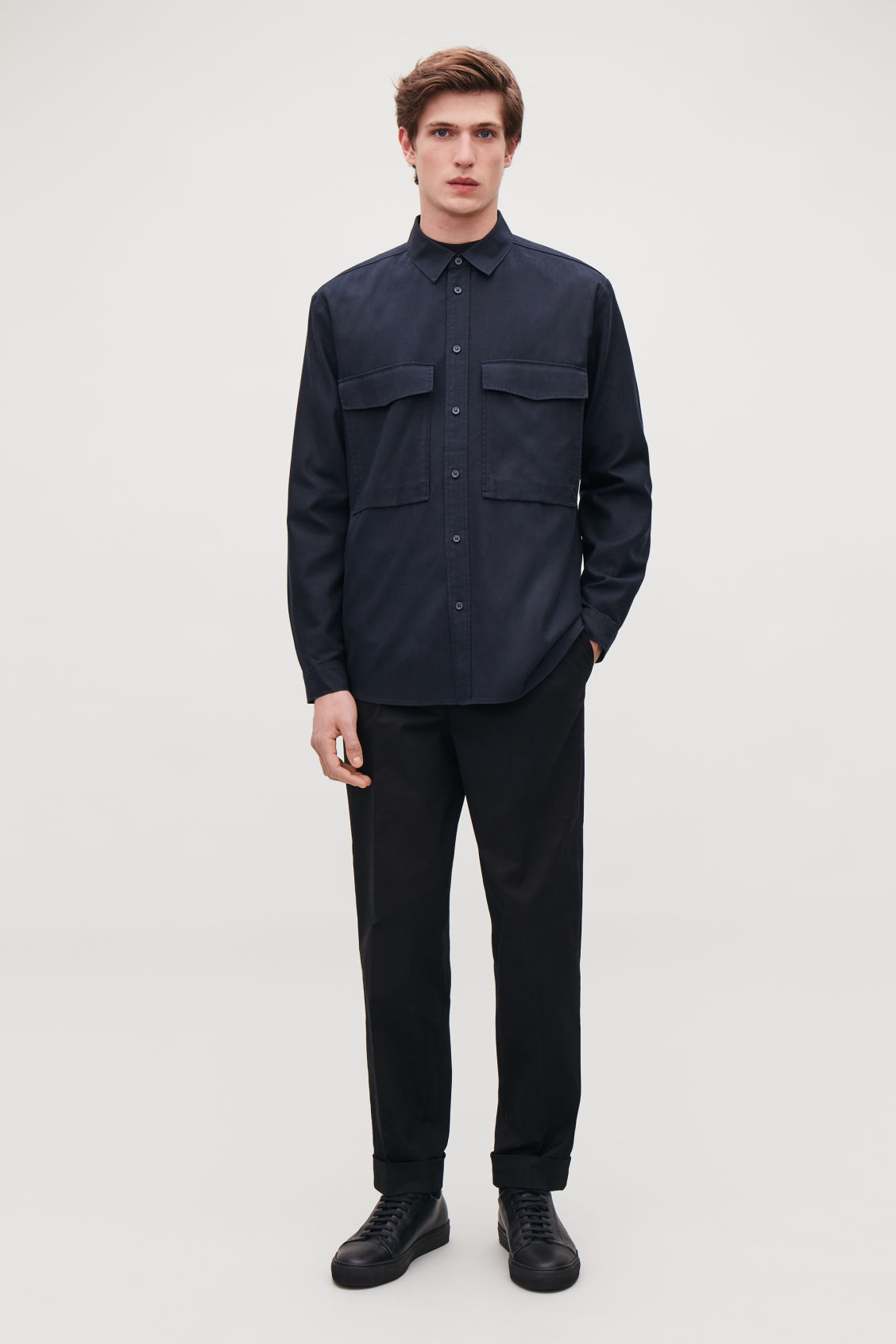 Model front image of Cos relaxed two-pocket shirt in blue