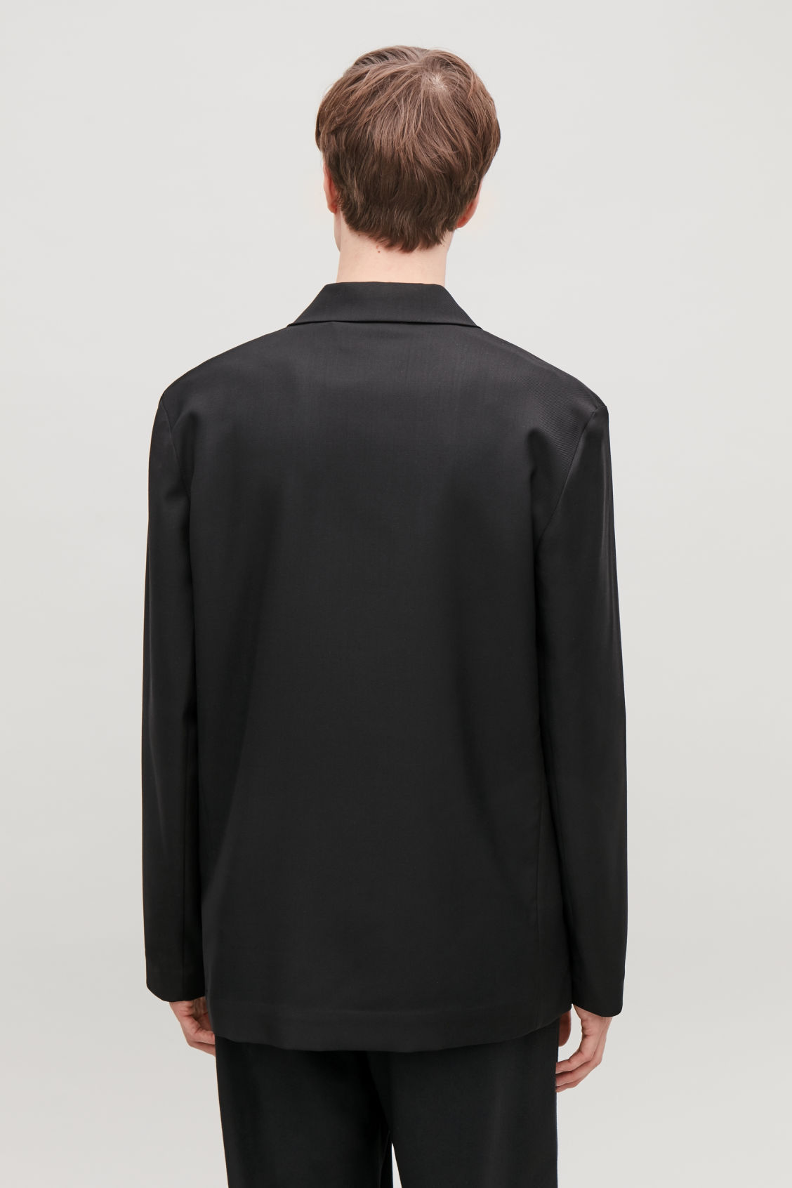 Model side image of Cos long-sleeved camp collar shirt in black