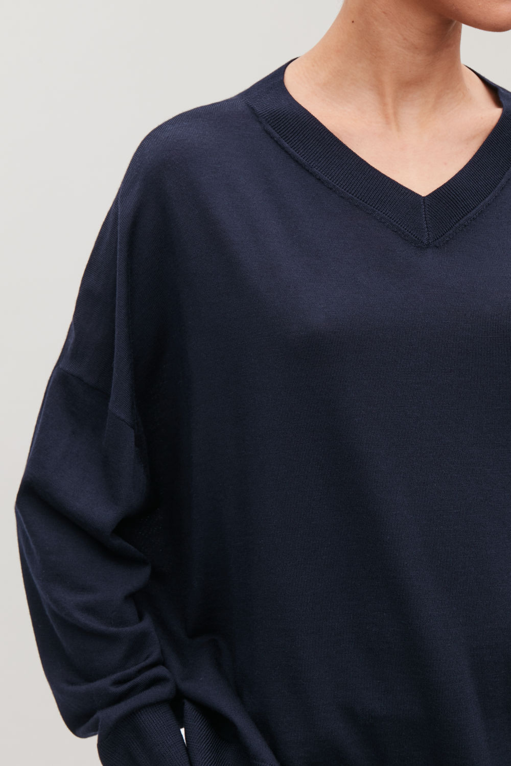 DRAPED MERINO V-NECK JUMPER