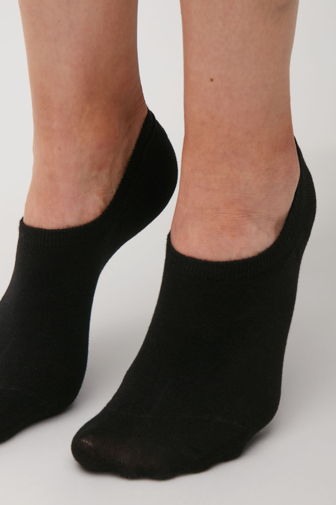 Side image of Cos 2-pack of sneaker socks in black