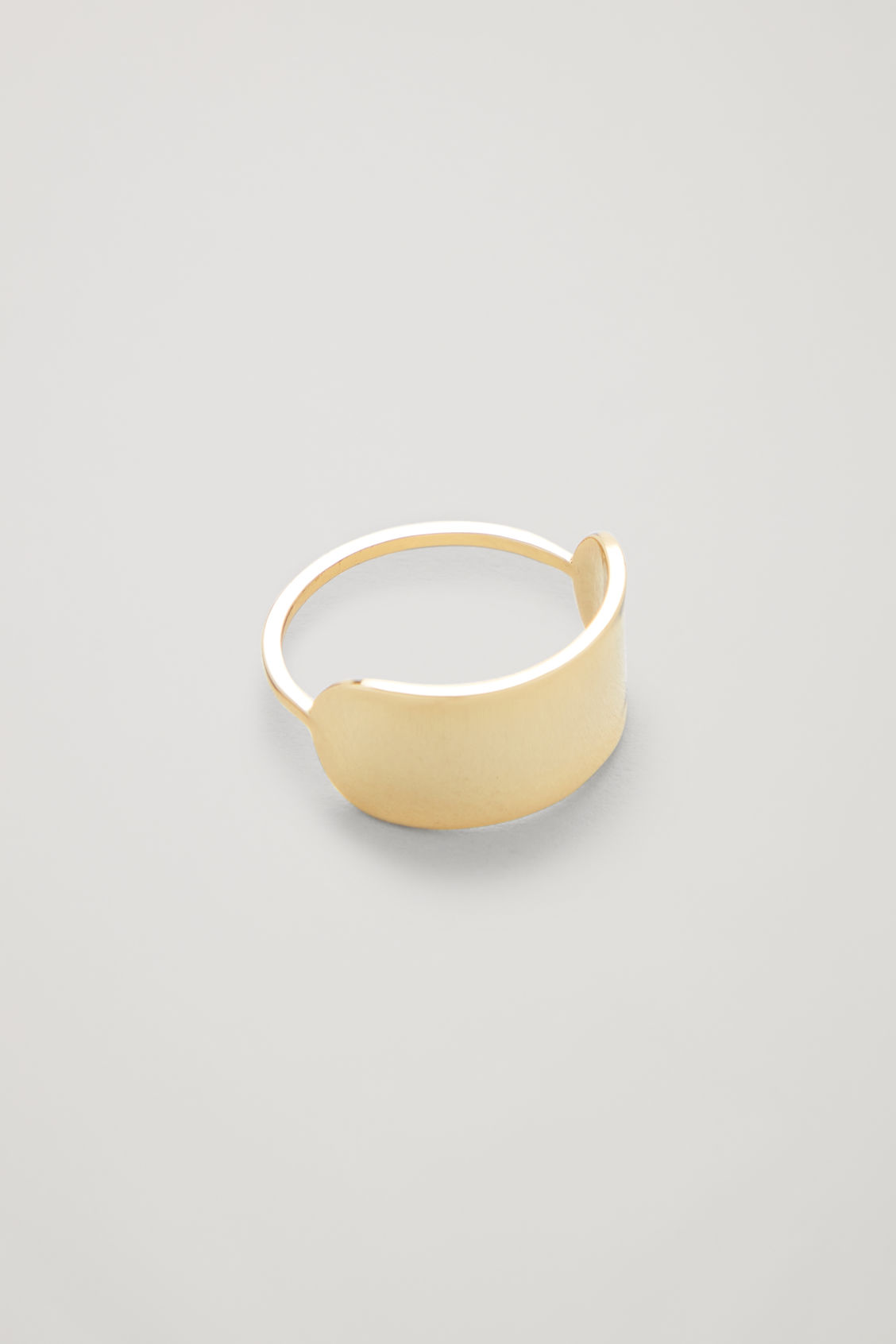 Side image of Cos oval-shape ring in gold