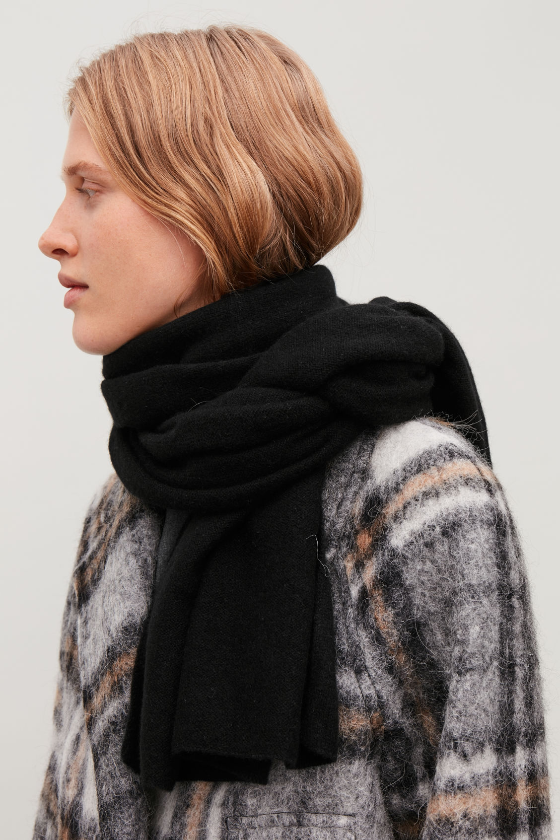 Detailed image of Cos cashmere scarf in black
