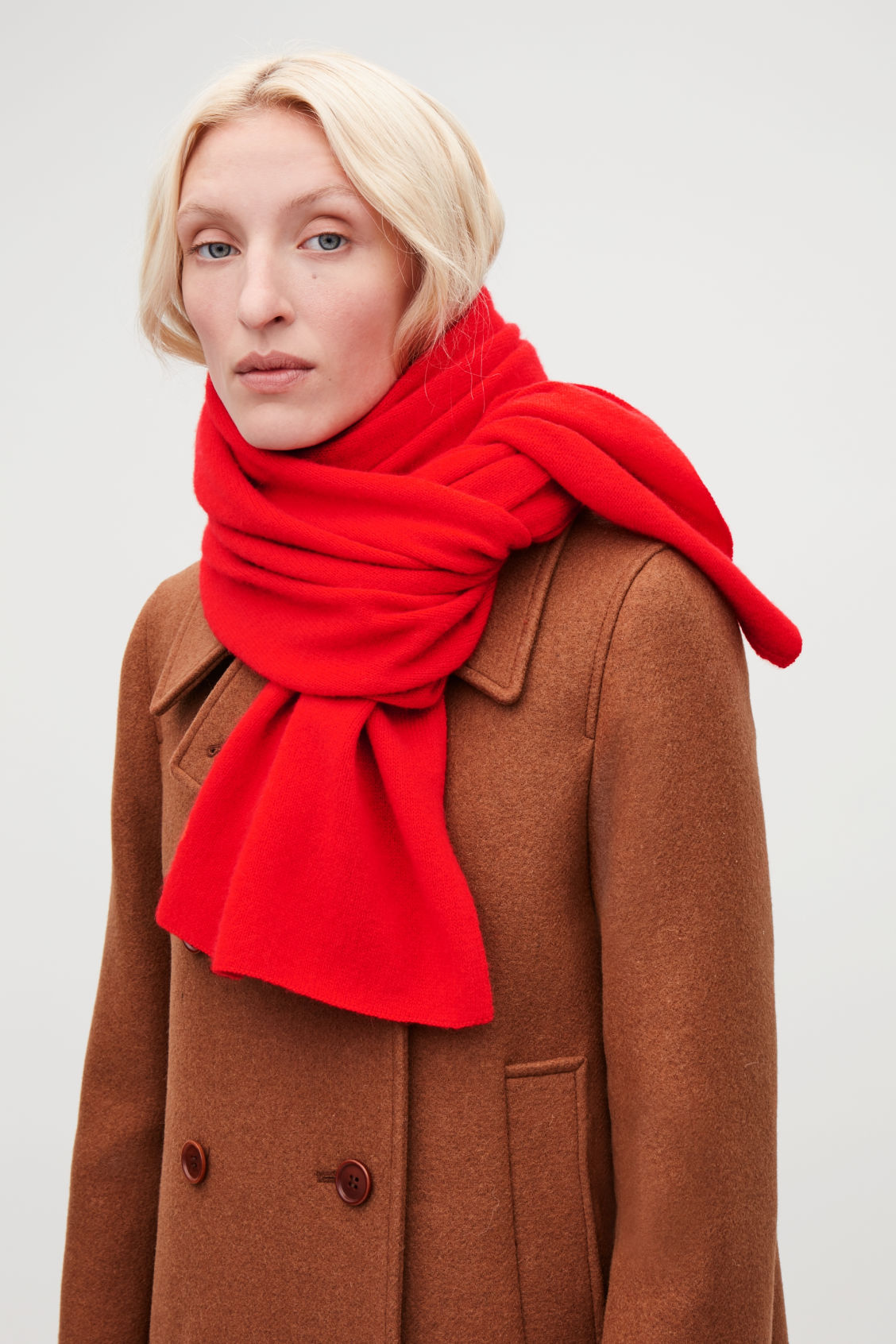 Detailed image of Cos cashmere scarf in red
