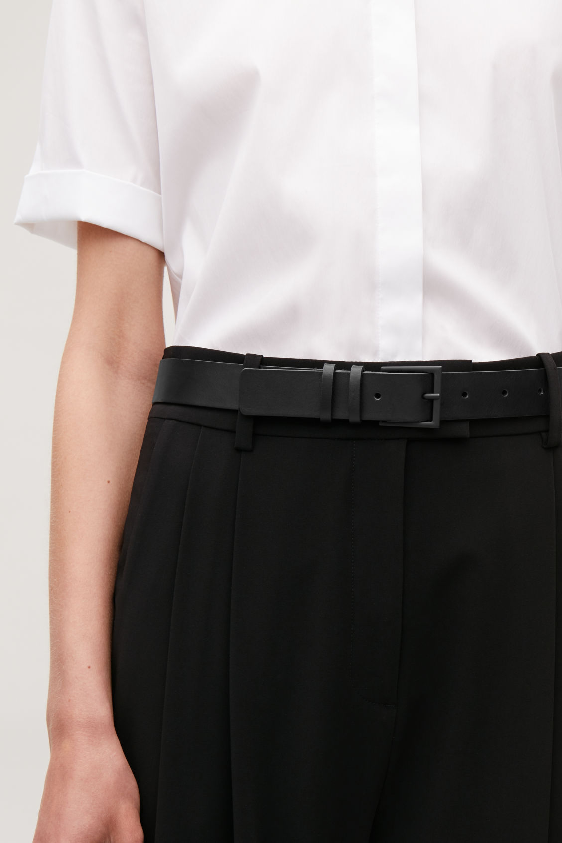 Detailed image of Cos classic leather belt in black