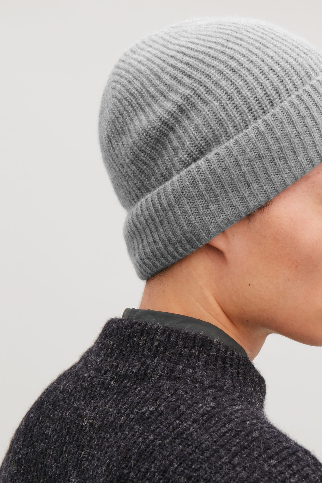 Detailed image of Cos knitted cashmere hat in grey