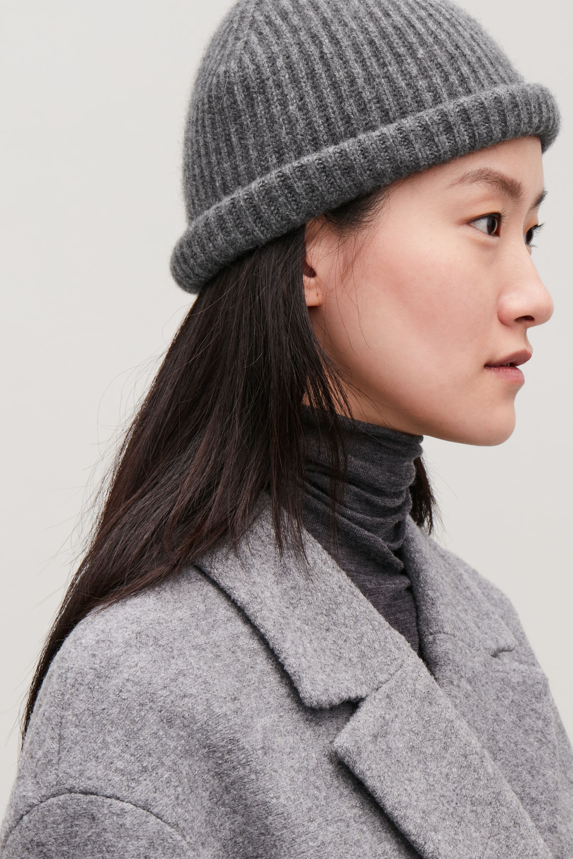 Detailed image of Cos ribbed cashmere hat in grey