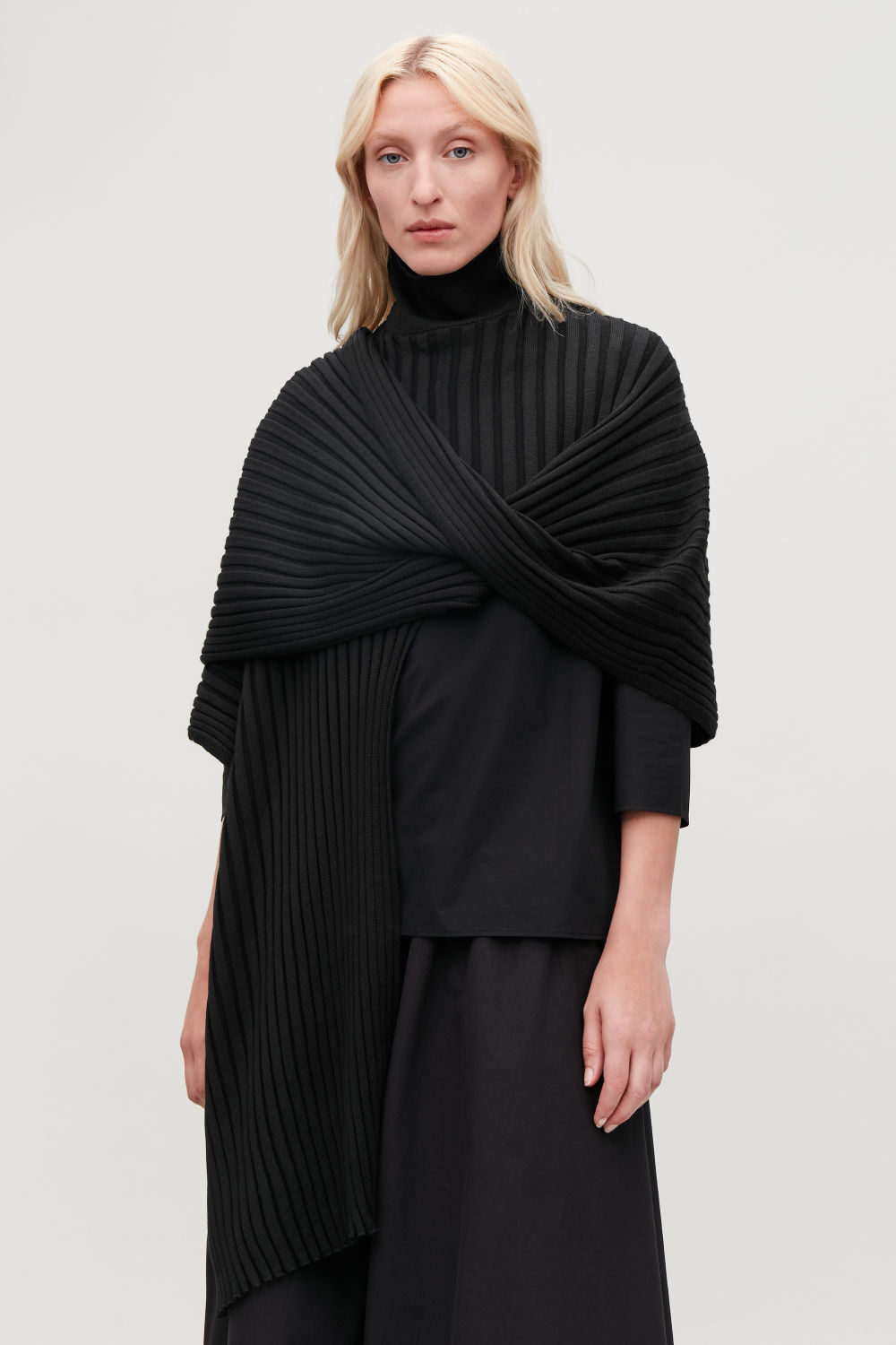 RIBBED ROLL-NECK SCARF
