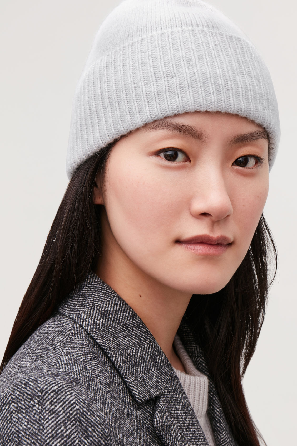 Detailed image of Cos speckled cashmere hat in grey 0dcaa0939d7