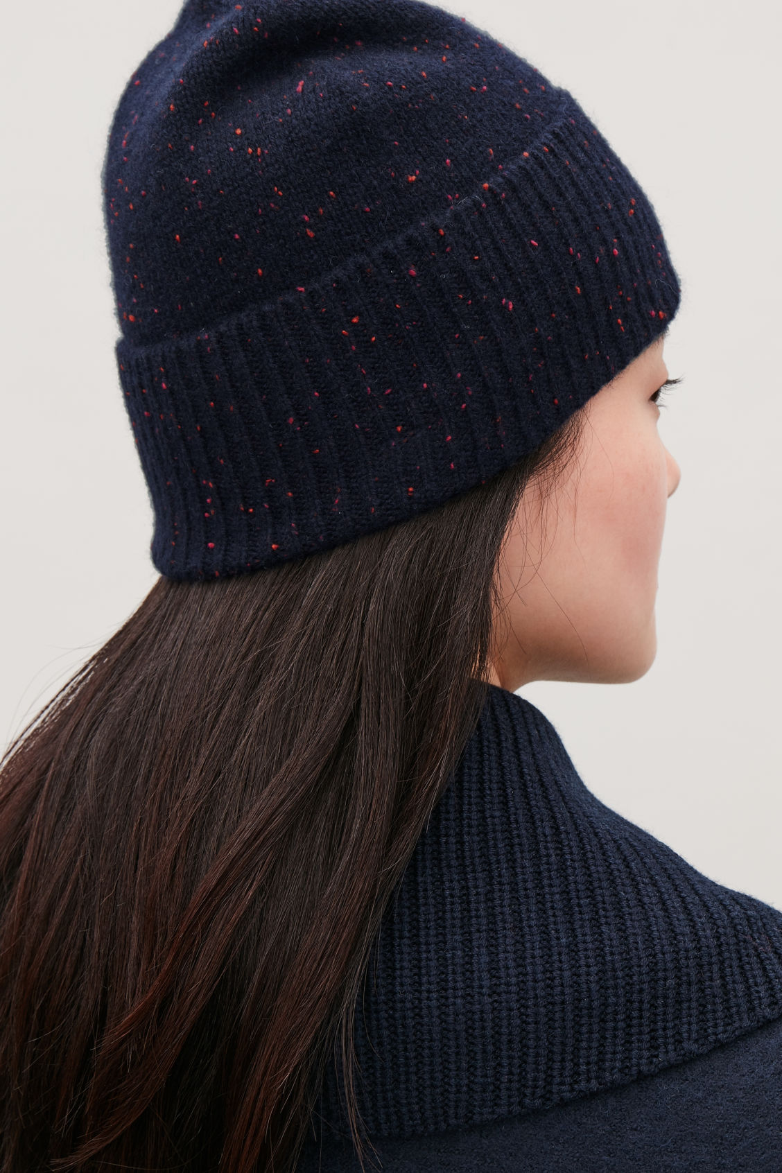Detailed image of Cos speckled cashmere hat  in blue