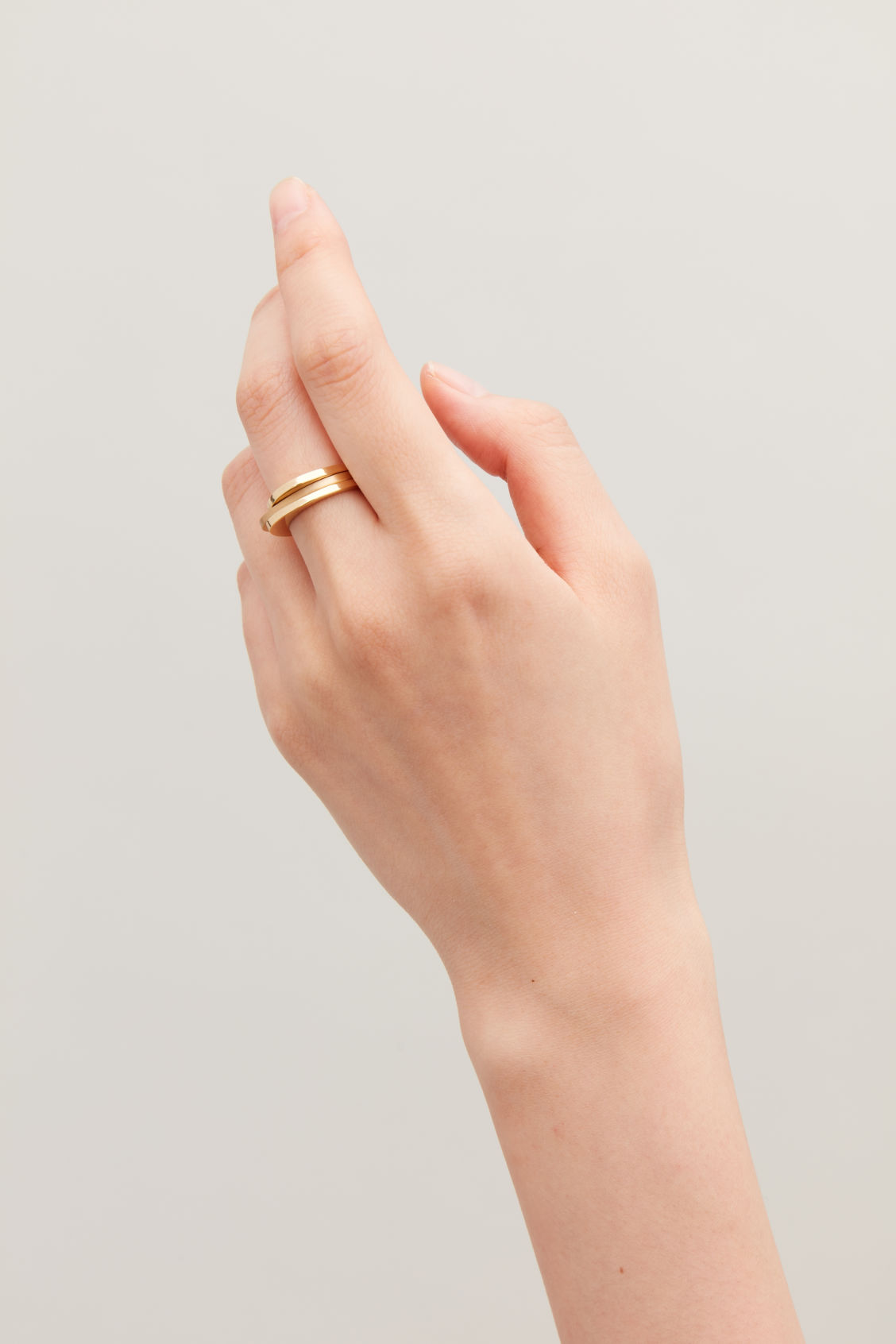 Detailed image of Cos set of 3 stacking rings in gold