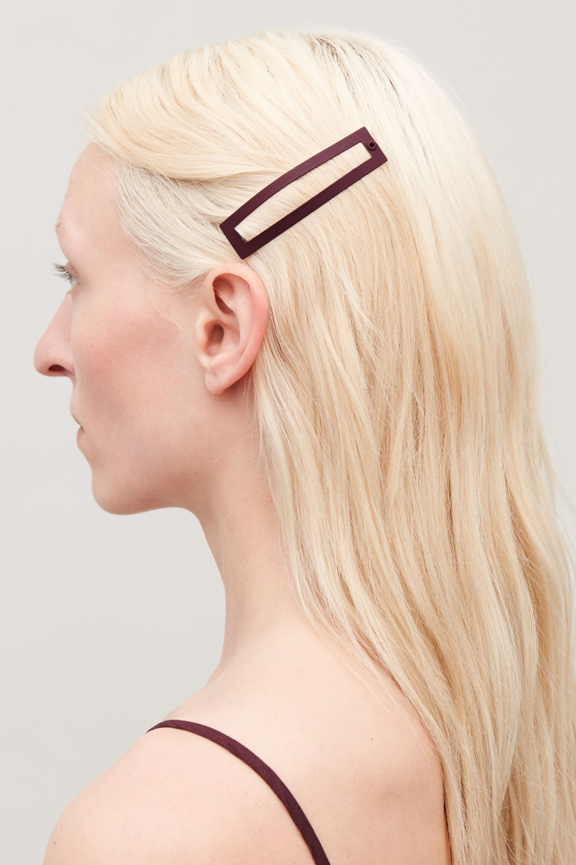 Detailed image of Cos graphic coloured hair clip in burgundy