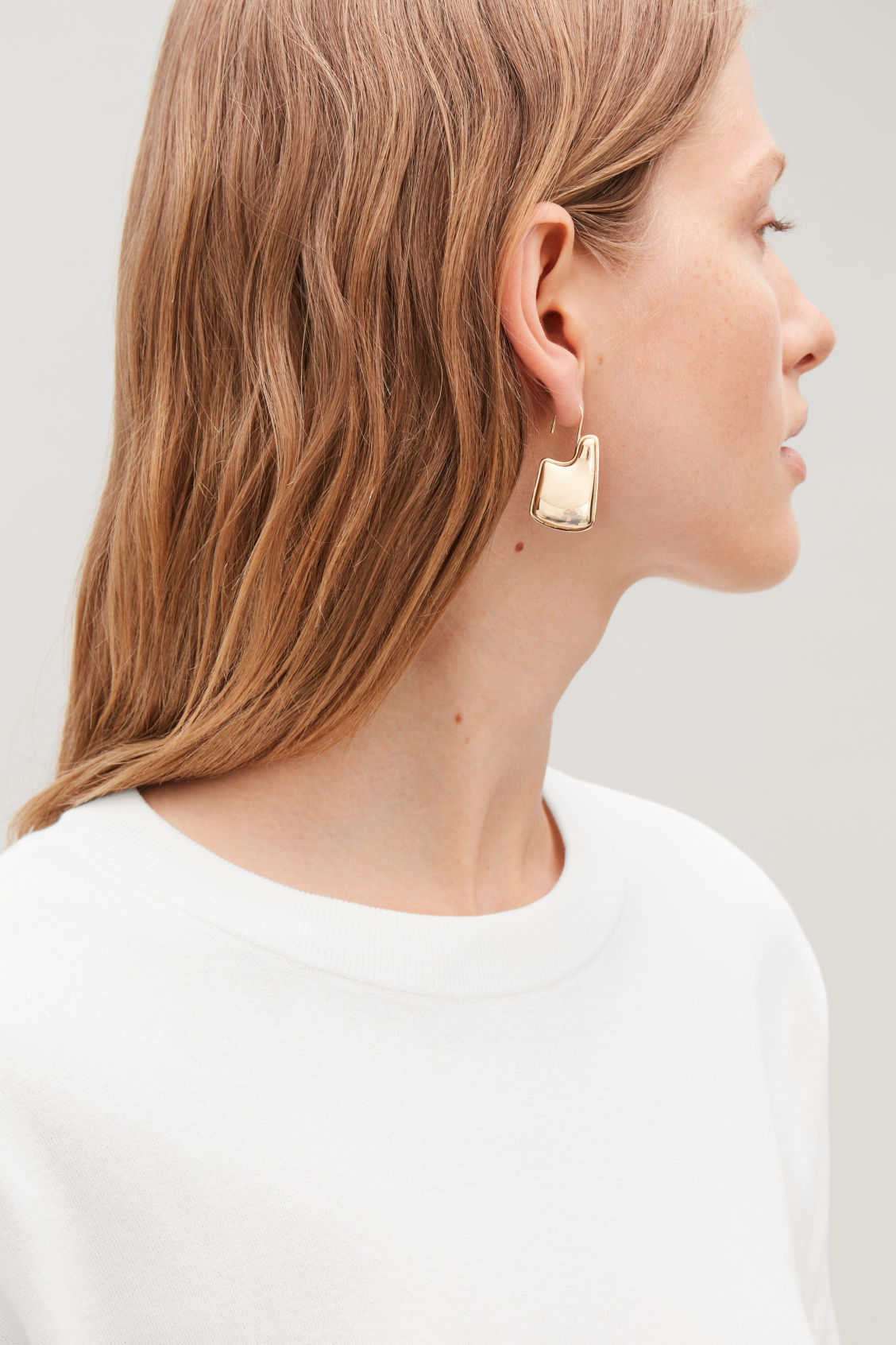 Detailed image of Cos sculptured drop earrings in gold