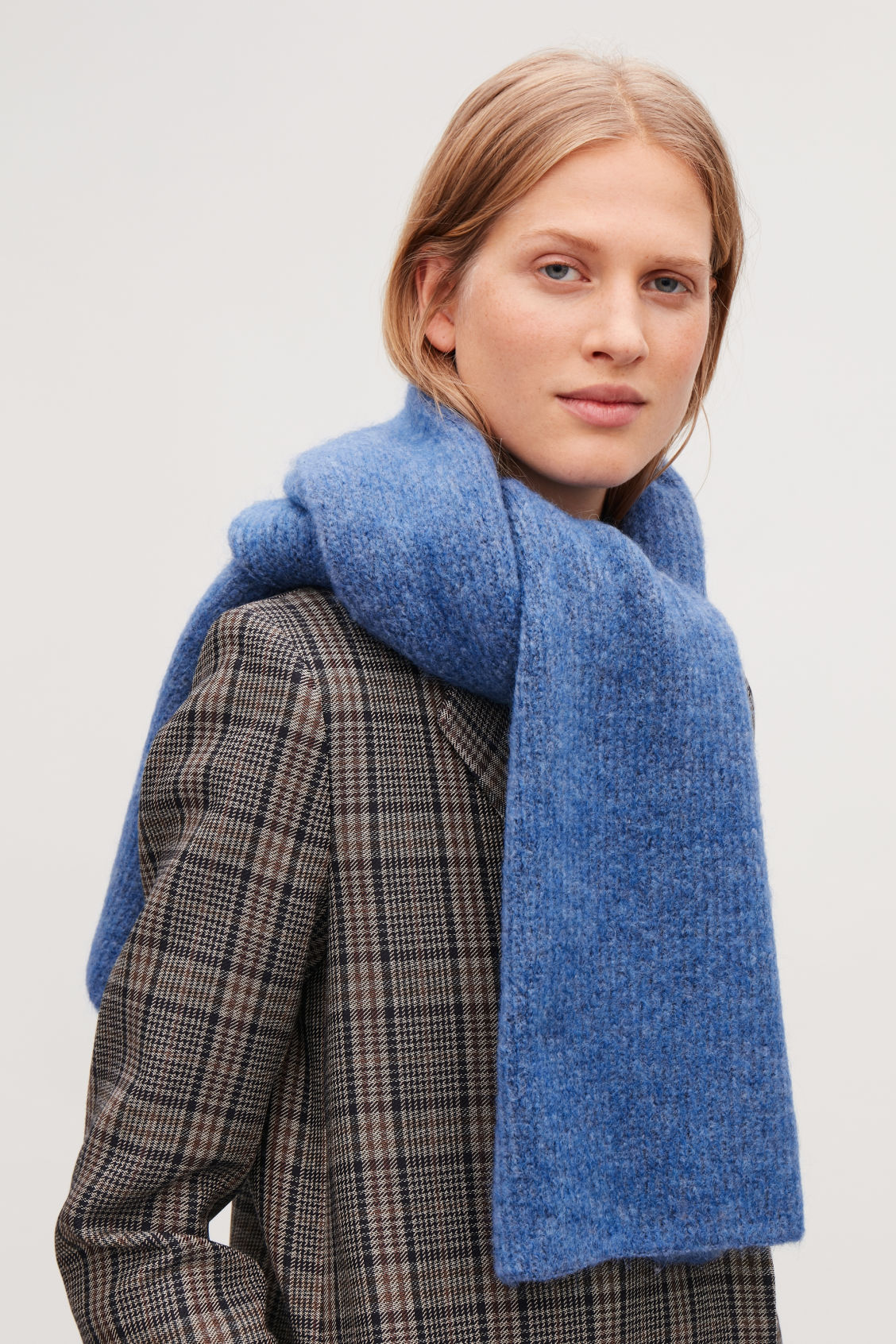 Detailed image of Cos chunky-knit wool scarf in blue