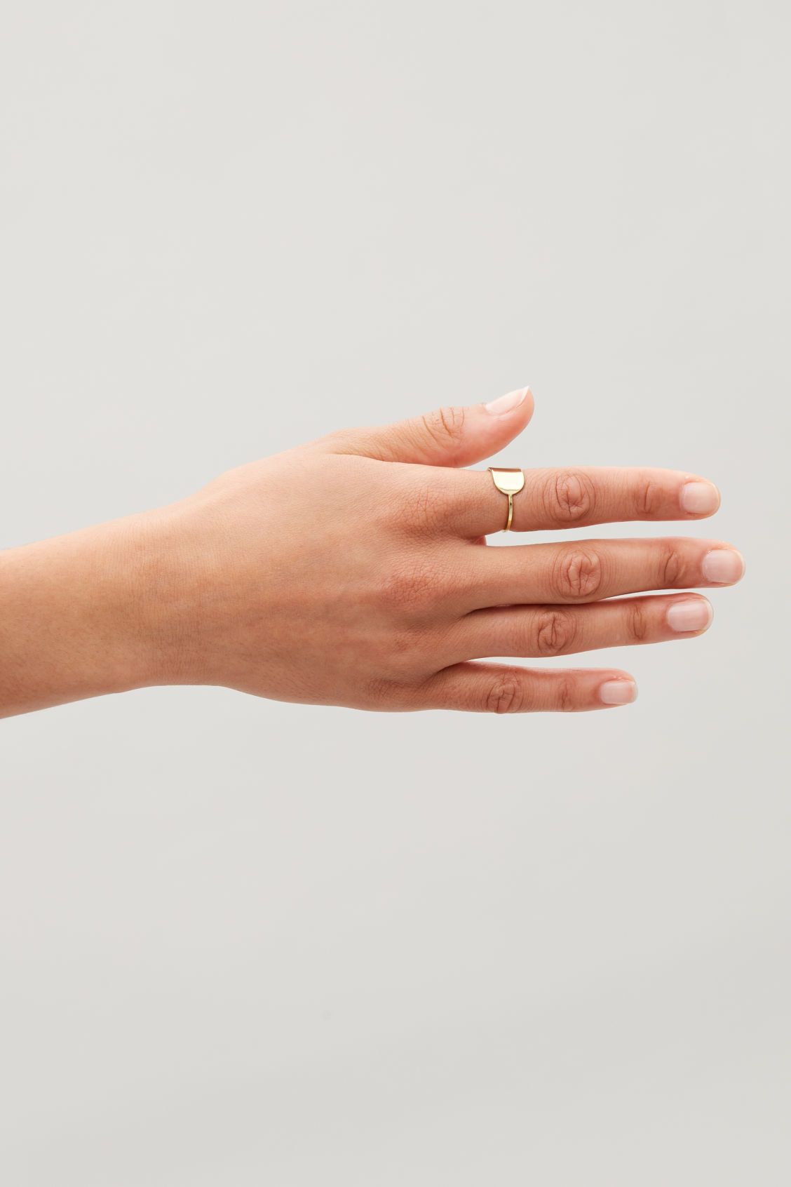 Detailed image of Cos oval-shape ring in gold