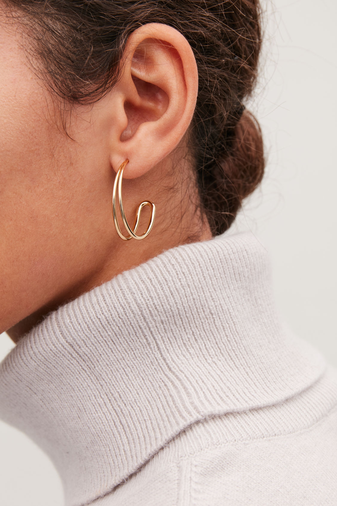 Detailed image of Cos gradual rounded-layer hoops in gold