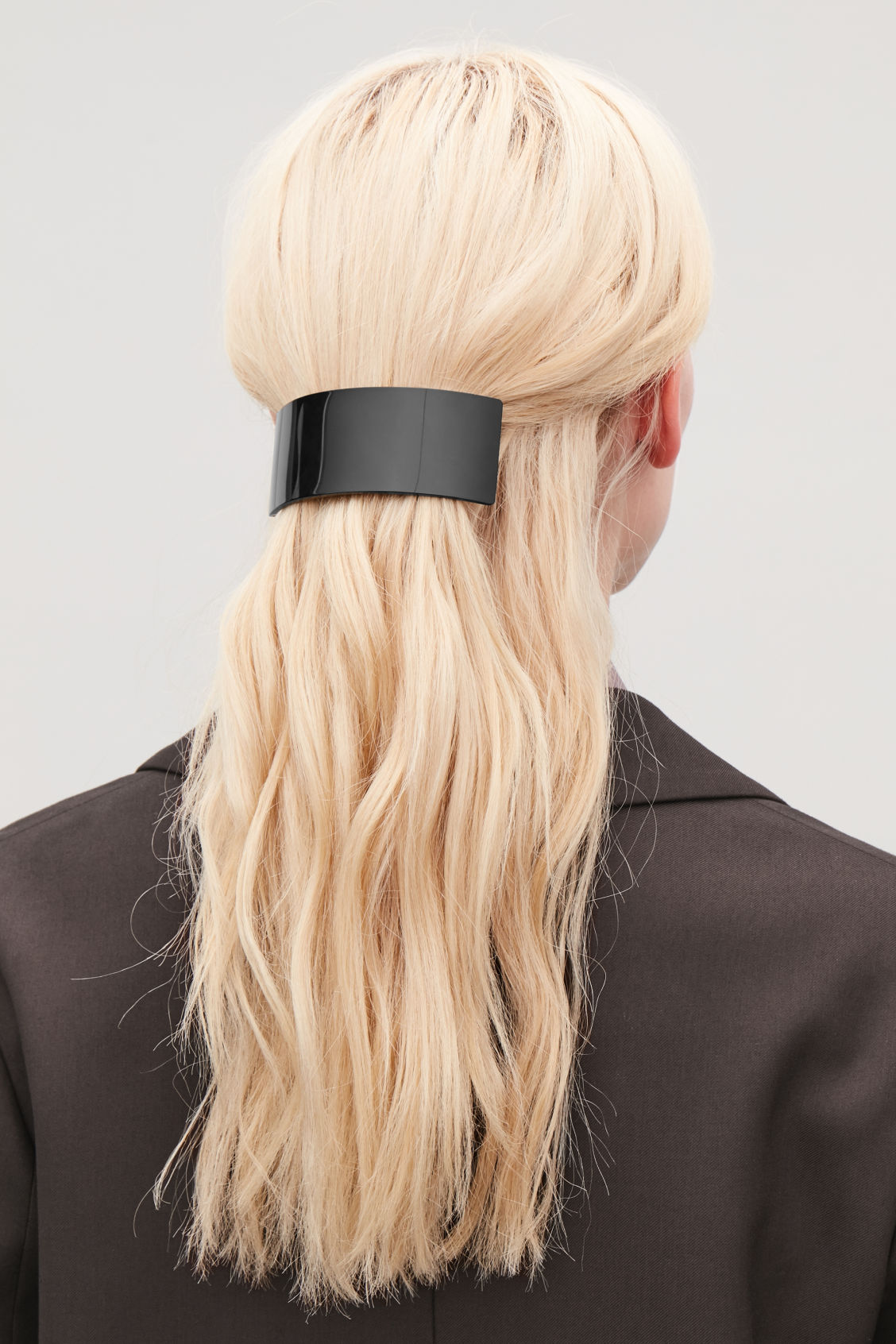 Detailed image of Cos curved hair clip in black