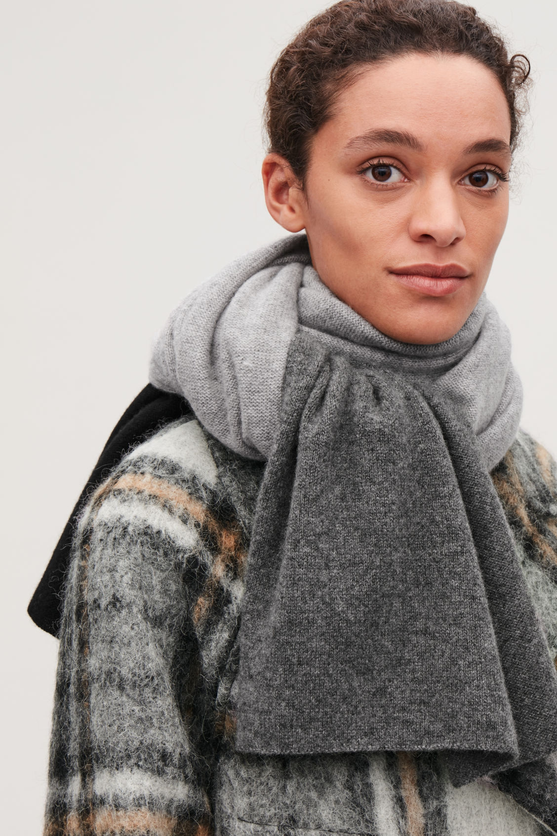 Detailed image of Cos colour-block cashmere scarf in grey