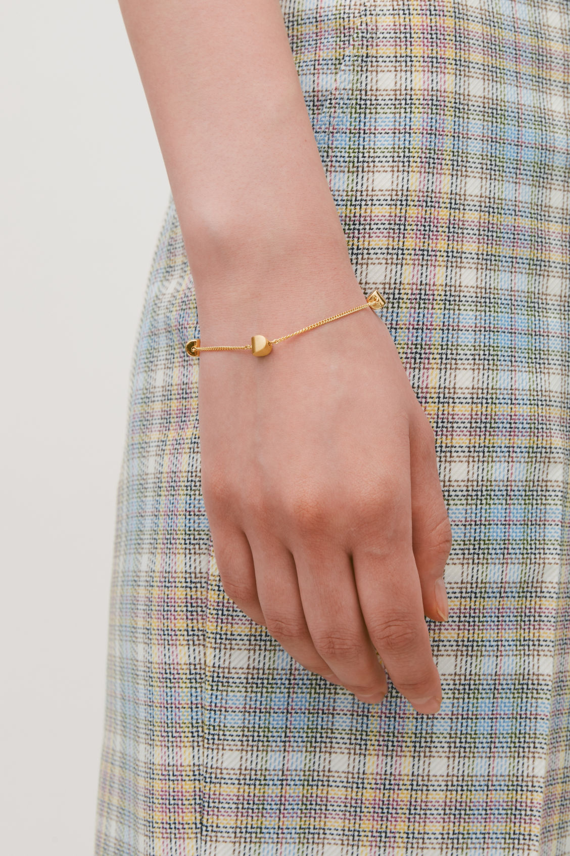 Detailed image of Cos curved pendant bracelet in gold