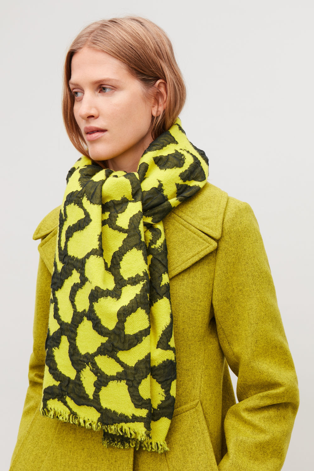 3D-PATTERNED WOOL SCARF