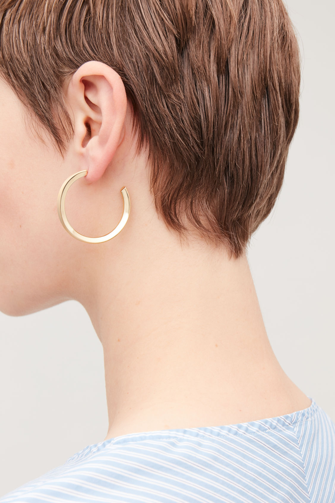 Detailed image of Cos open mid-hoop earrings  in gold